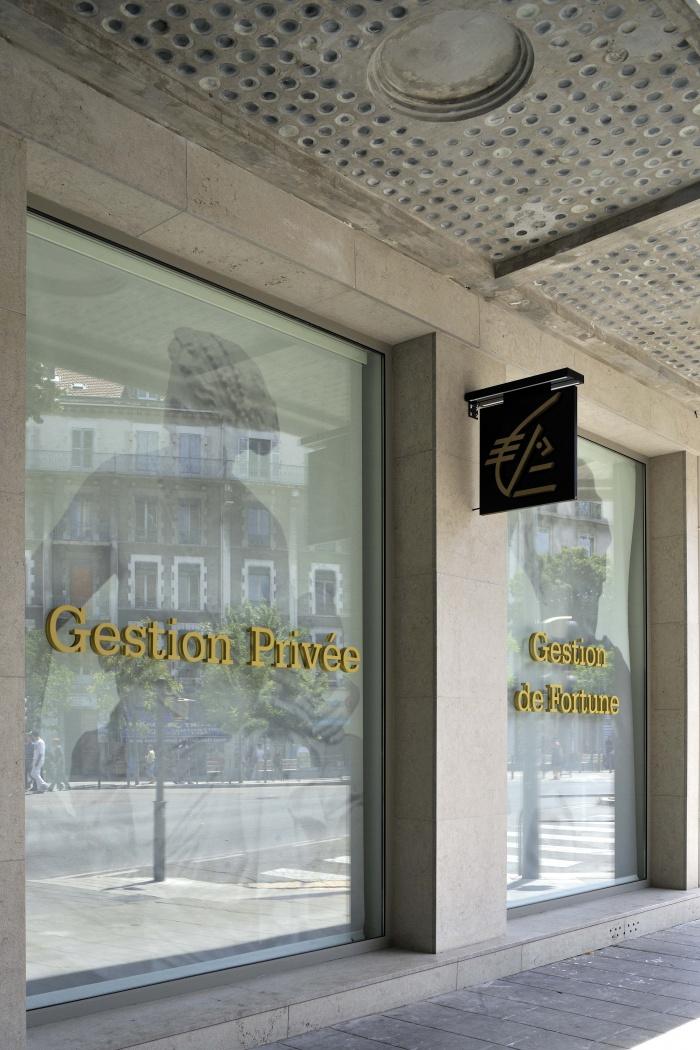 Espace Gestion de Patrimoine à Grenoble : Vitrines exterieures et auvent béton.