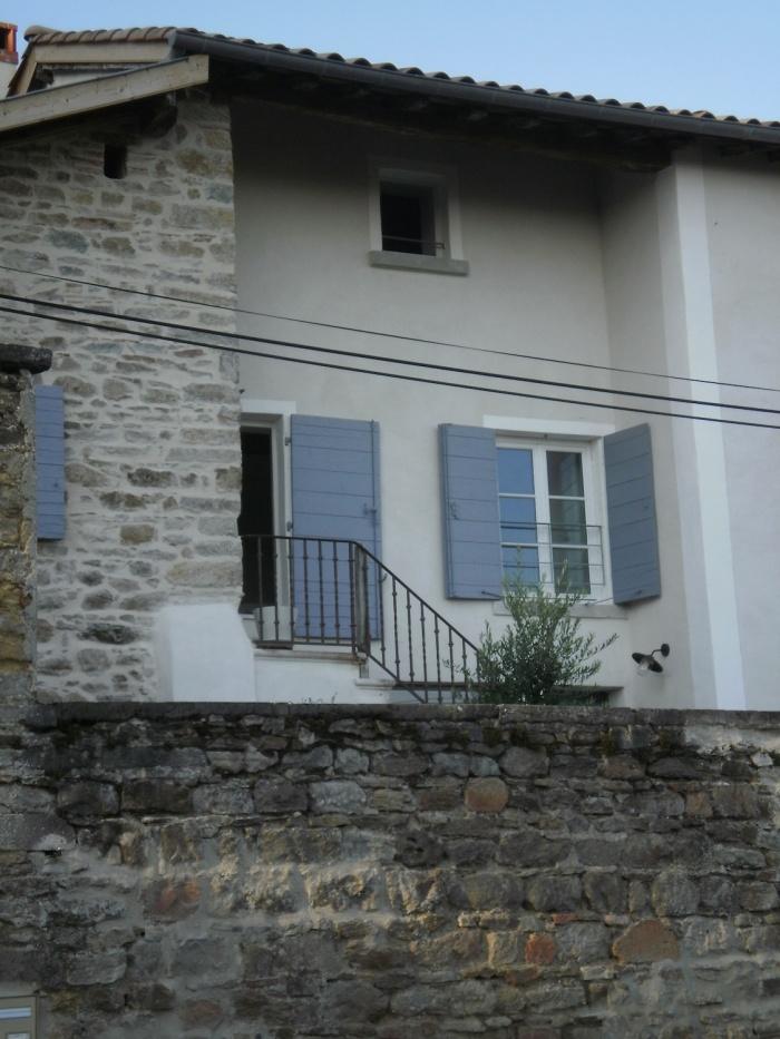 Réaménagement d'une ancienne ferme dans le Rhone : Détail façade enduite à la chaux